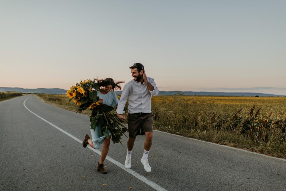 любов лято слънчоглед слънчогледи двойка жена мъж залез