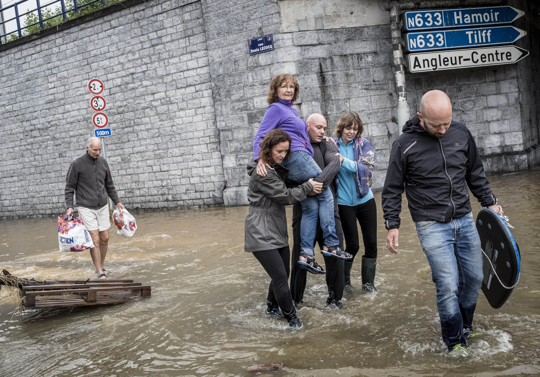<p>Освен Западна Германия и Белгия, Южна Нидерландия, Североизточна Франция, Люксембург и Швейцария също пострадаха от тежките наводнения, предизвикани от проливни дъждове. На много места реки излязоха от коритото си.</p>
