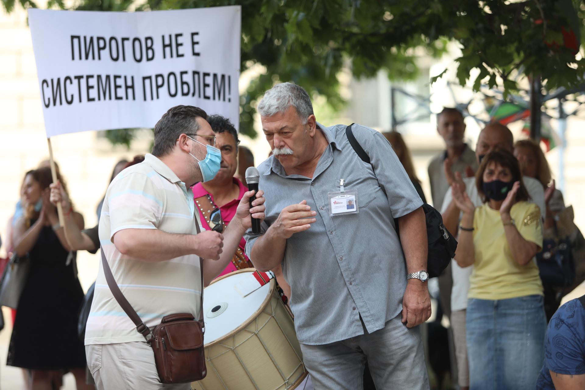 <p>Тази вечер лекари от &quot;Пирогов&quot; отново излязоха на протест. Медиците се събраха пред Президентството малко след 18.00 ч.</p>