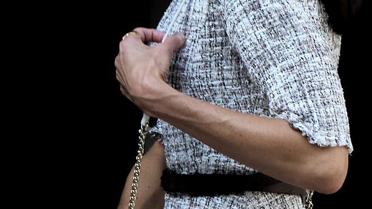 Испанската кралица с рокля от туид и летни аксесоари