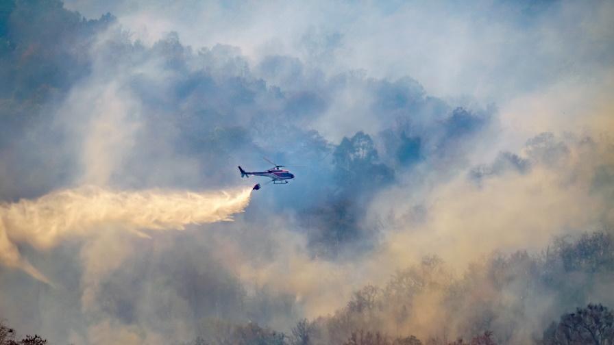 Пожарникари, военни и горски се опитват да овладеят пожара край Твърдица