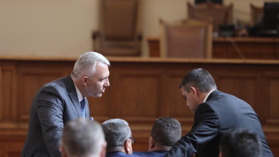 Депутатите в парламента изслушват служебния...