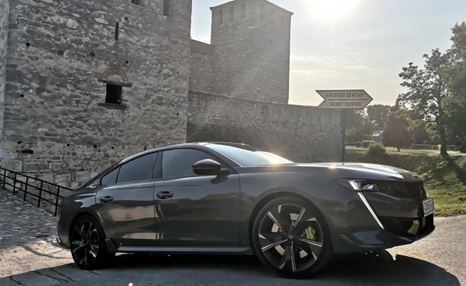 Мнозина критикуват Peugeot, че не предлага 4х4 задвижване за повечето си модели. Този случай е различен: по един електромотор на предната и задната ос гарантират задвижването на четирите колела.