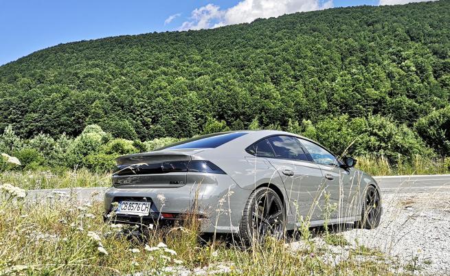 Въпреки че 508 PSE е най-мощният сериен автомобил на марката, той може да минава и до 42 км само на ток, като показва среден разход от 2 л/100 км по цикъла WLTP.
