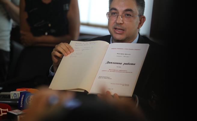 Пламен Николов показа дипломите си