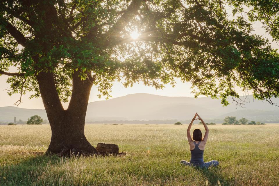 жена природа йога спокойствие лято слънце залез духовно