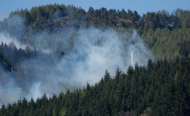 Пожар бушува над град Баня, в гасенето се включи и вертолет