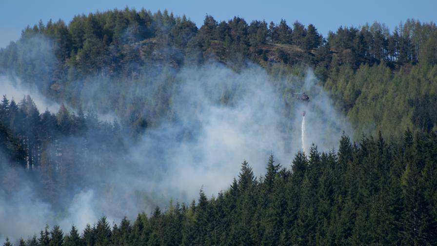 "Пожар бушува над град Баня, в гасенето се включи и вертолет ""Кугар"""