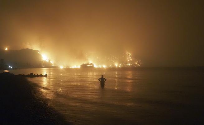 Огнен ад в Гърция, евакуация, горят къщи