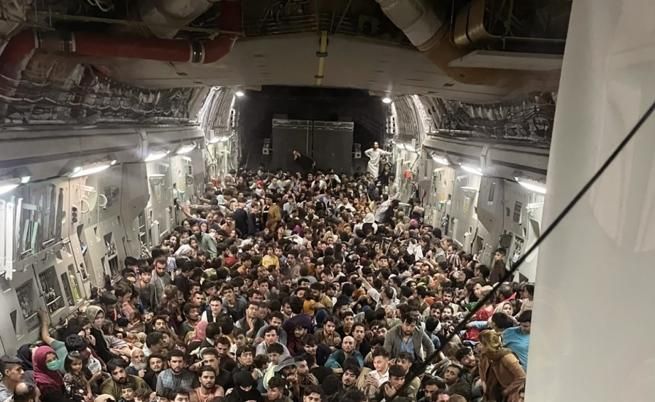 Шокиращи кадри от Афганистан, хора падат от излитащ самолет