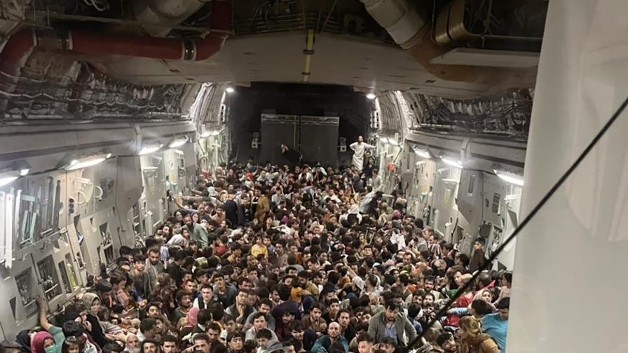 <p>Шокиращи кадри, хора падат от излитащ самолет</p>