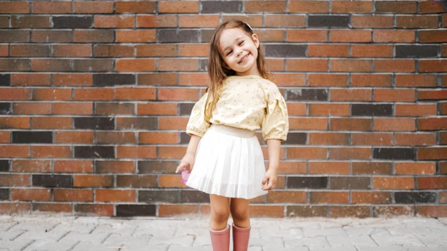 Цветът на моя свят: научете детето да опознава емоциите с помощта на дрехи и предмети