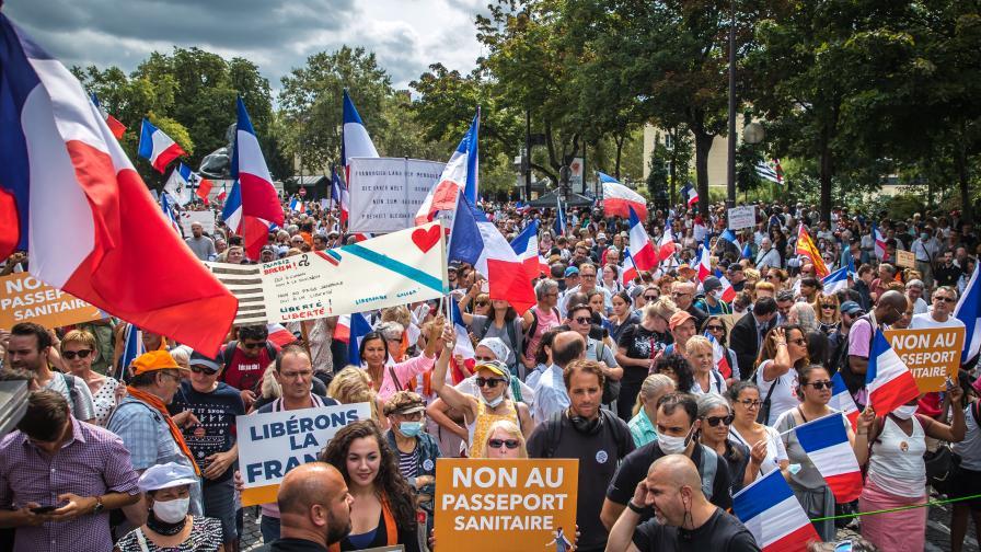 Напрежение в Париж: Масови протести срещу задължителния здравен пропуск