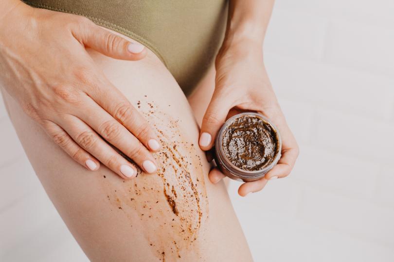 <p><strong>Кафе срещу целулит</strong><br /> Кафето има няколко ползи за кожата, като намалява целулита и възпалението. Проучвания показват, че дори може да помогне за предотвратяване на рак на кожата. Скрабът включващ утайка от кафе, кафява захар и кокосово масло премахва мъртвите клетки, а кокосовото масло хидратира за подхранва кожа.&nbsp;</p>