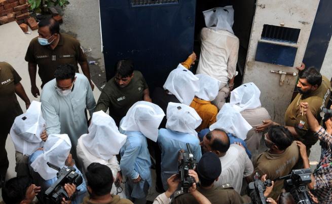 Арестувани за инцидента с младата жена в Лахор влизат в полицейското управление