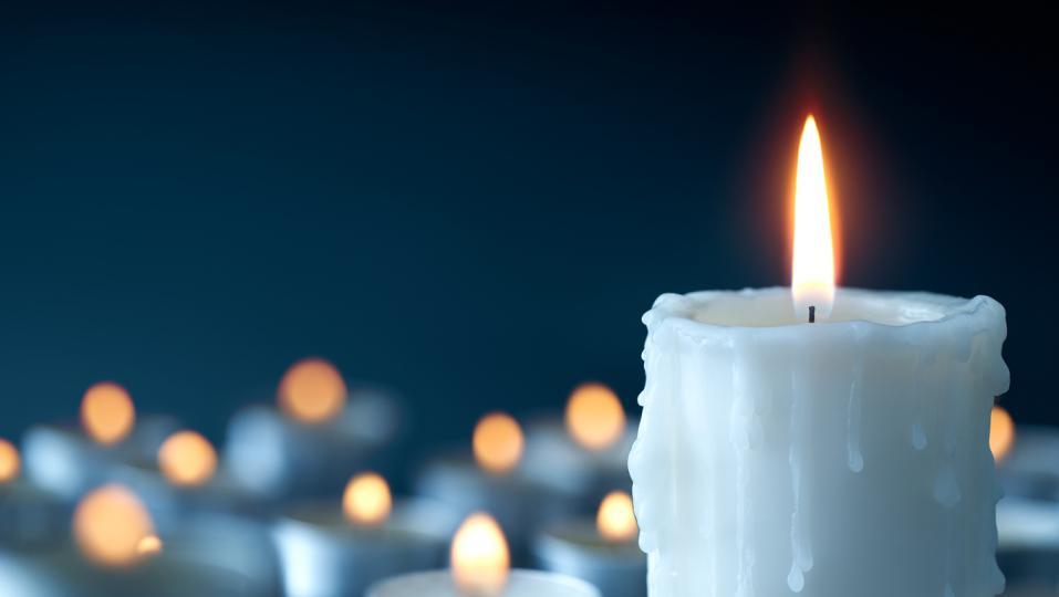 <p><strong>Бяла свещ</strong></p>  <p>Спомага за спокойствието и мира и укрепва личната сила и проницателност. Бялата свещ също така може да замести всеки един друг цвят, ако не разполагате с него.</p>