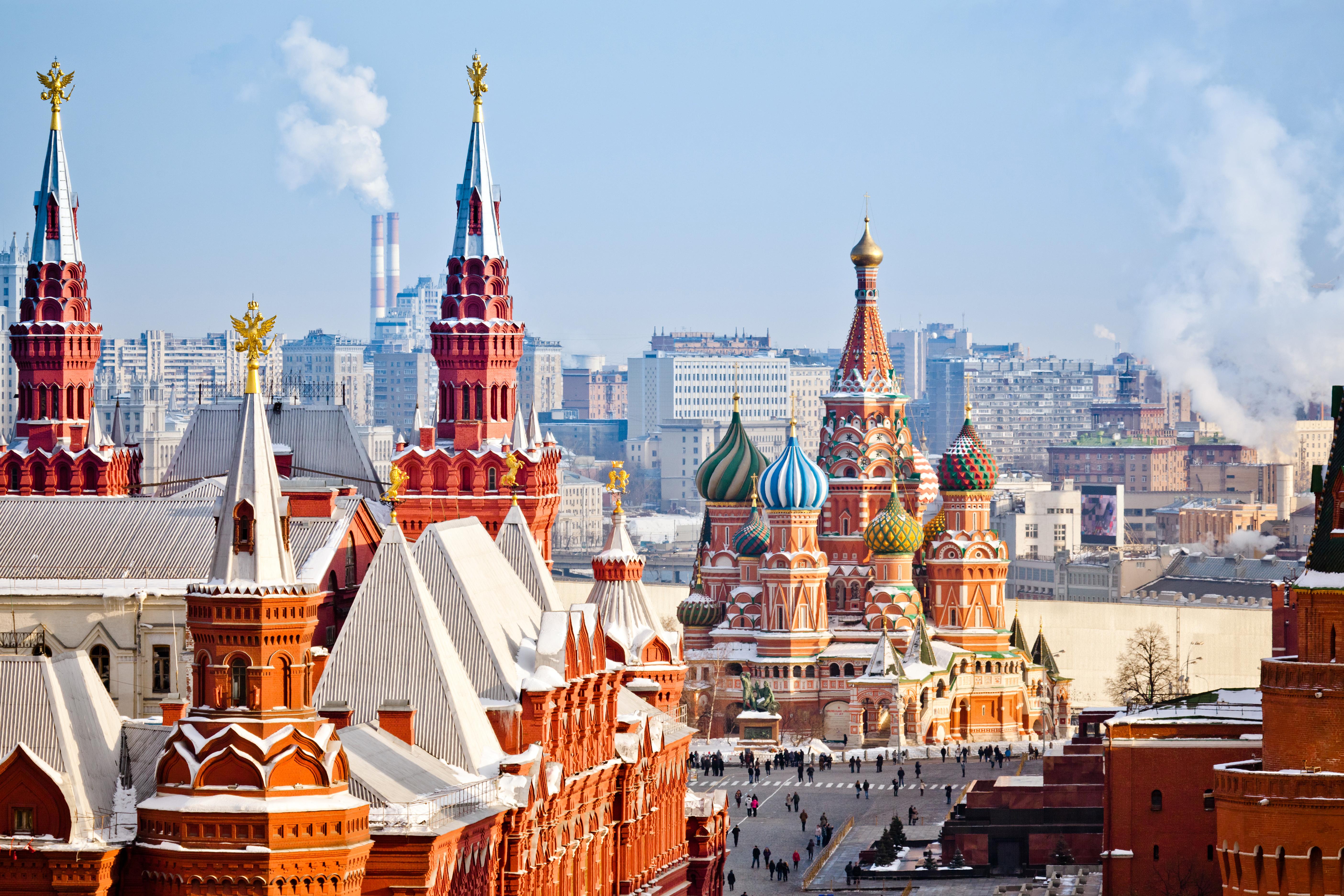 <p><strong>В Русия е студено през цялата година</strong><br /> Първата ни асоциация за тази държава е Червения площад в Москва, който е затрупан от сняг, независимо от сезона. Русия, обаче е една от държавите с толкова голяма площ, че има няколко климатични зони &ndash; от степи на юг, до тундра на север.&nbsp;</p>
