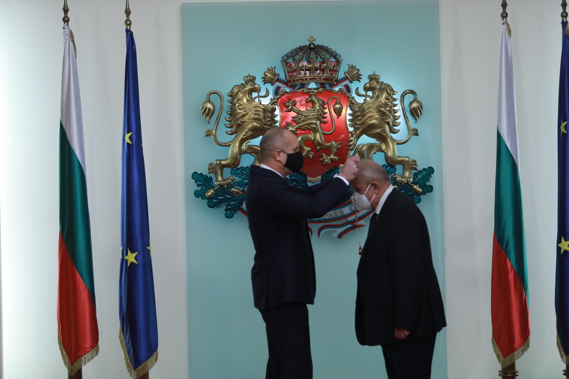 <p>Президентът Радев награди изтъкнати българи за значимите им заслуги в областта на медицината, информационните технологии и отбраната</p>