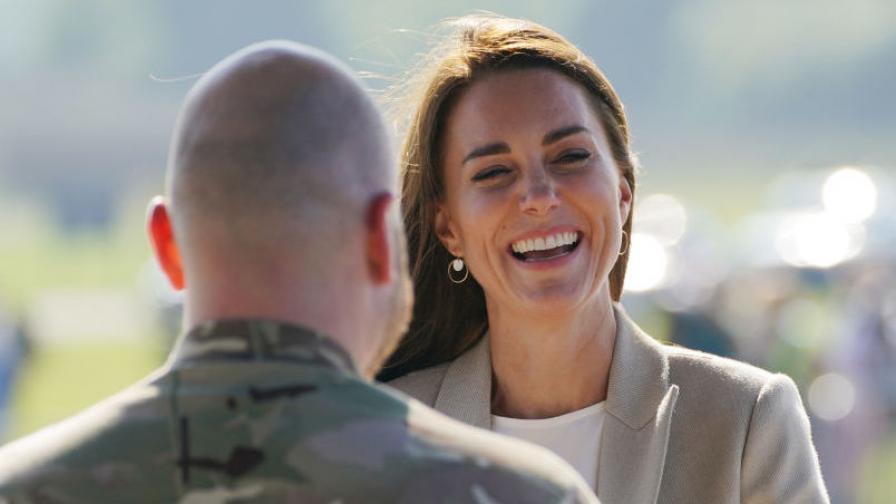 Със стил и широка усмивка: Херцогиня Кейт се...