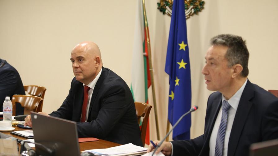 <p>Стоилов и Гешев обсъдиха&nbsp;Бюрото по защита&nbsp;</p>