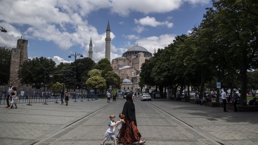 <p>Децата да изучават Корана? Заплаха за светска Турция</p>