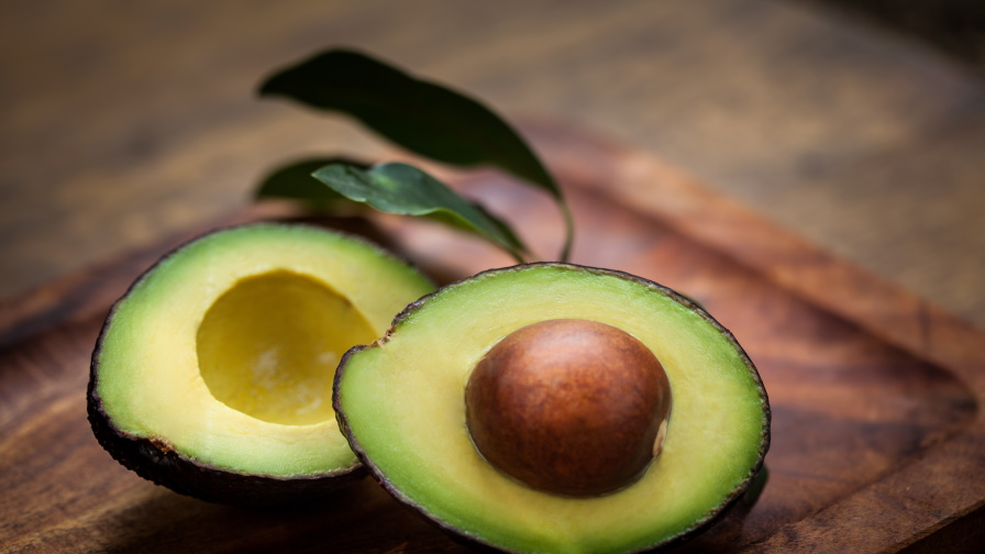 <p><strong>Костилка от авокадо -&nbsp;</strong>Освен, че авокадото е един от най-полезните плодове, неговата костилка е изключително полезна за здравето на сърцето и кръвоносните съдове.&nbsp;<br /> <strong>Как да използвате костилката? -&nbsp;</strong>Можете да използвате костилката, като преди това обелите кафявата част, оставите я да изсъхне и след това блендирате, докато стане на прах, който може да добавите в чайове и смутита.&nbsp;</p>