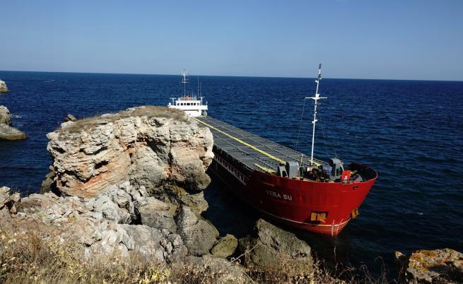 Заседналият край Камен бряг кораб е замърсил морето