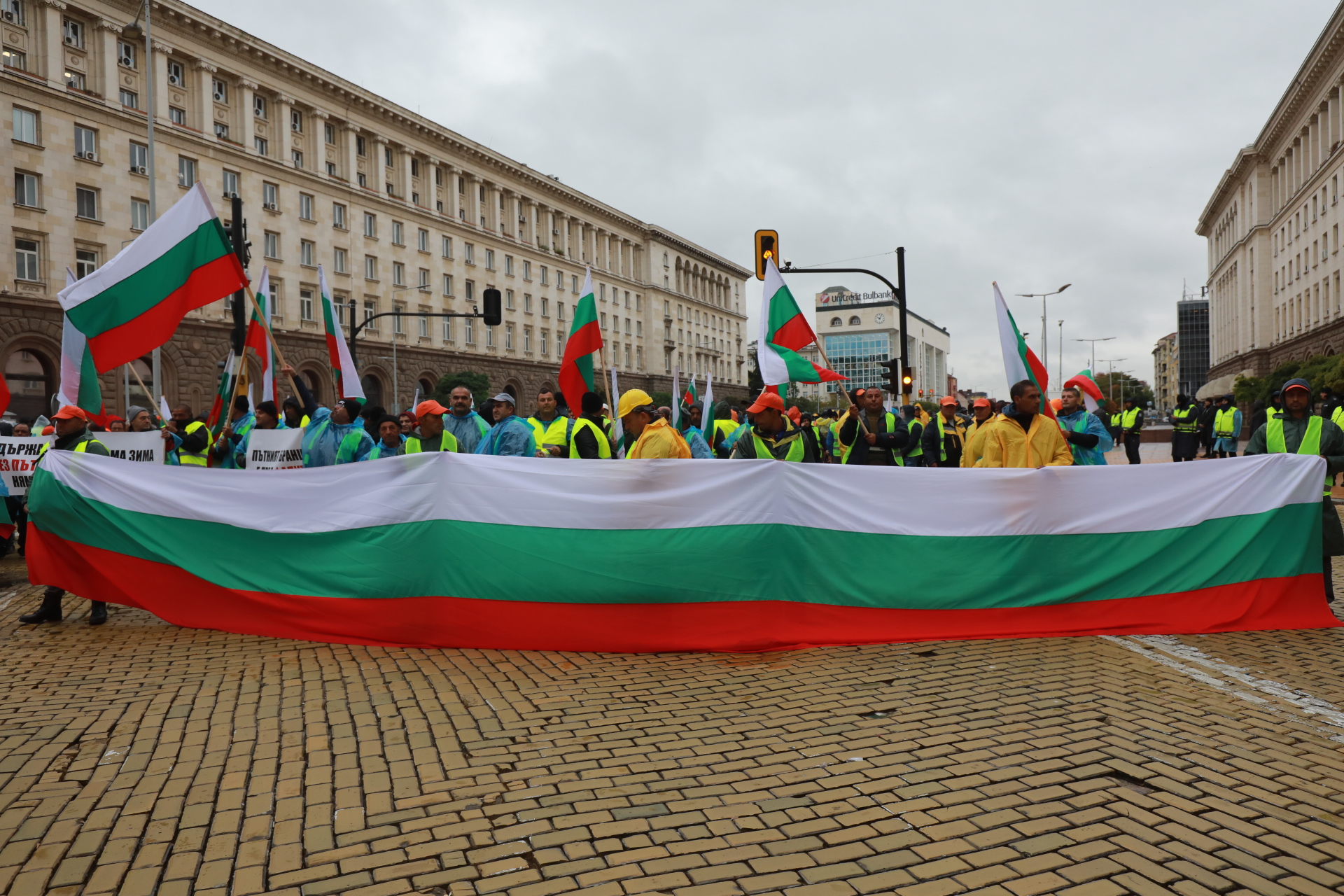 <p>Протест, тежка техника блокира центъра на София</p>