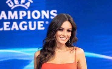 Гореща журналистка се радва на победите на своя тим
