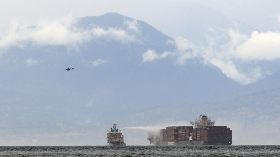 Пожар обхвана контейнери на кораб, превозващ...