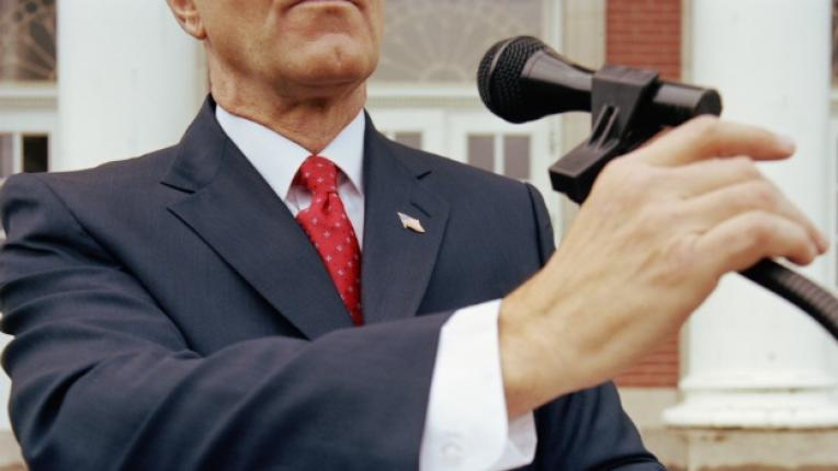 политик обещания микрофон