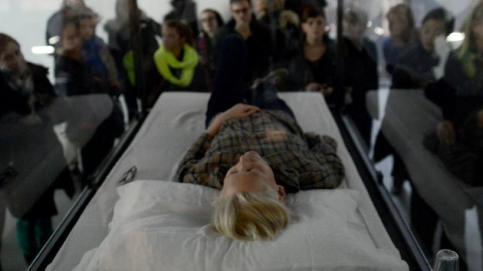 Тилда Суинтън в музея като експонат