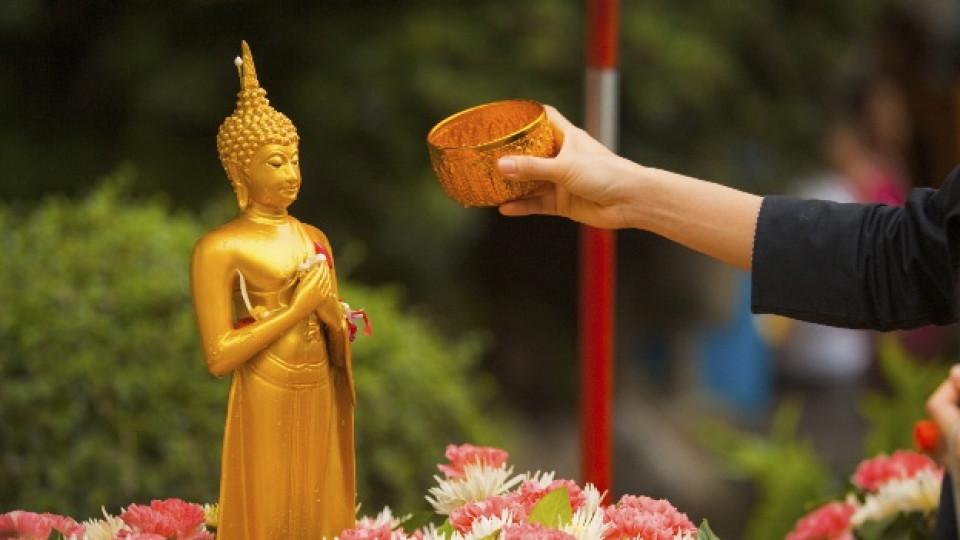 Ритуалът измиване на изображението на Буда с ароматизирана вода