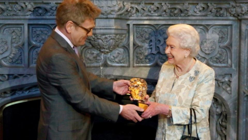 """Актьорът Кенет Брана връчи награда """"Бафта"""" на кралица Елизабет II на 4 април в Уиндзорския дворец"""