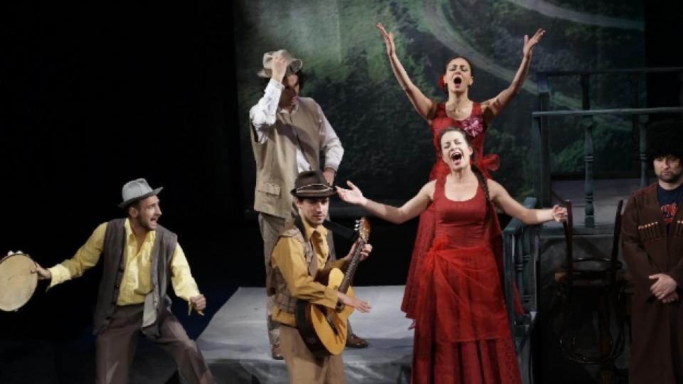 """Кадър от постановката """"Без докачение, моля..."""" по текстове на Чудомир. 8, 15, 17 май в голямата зала на драматичен театър """"Гео Милев"""", Стара Загора."""
