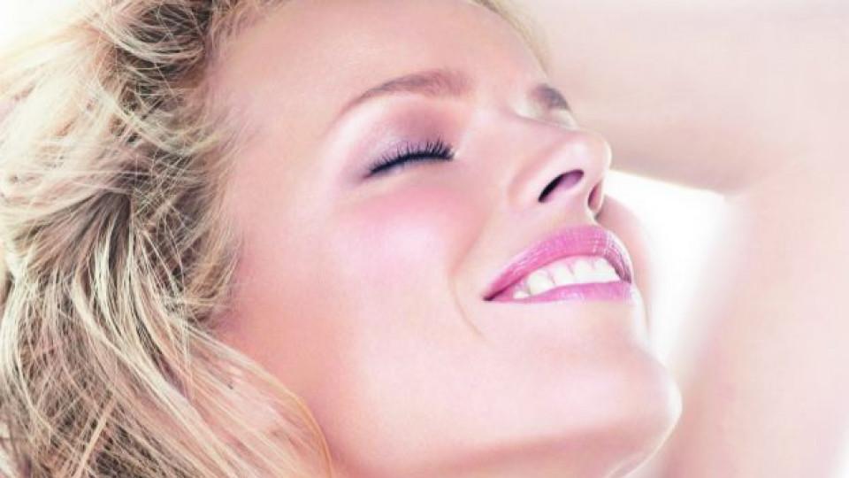"""Доверете се на витамините за здрава и сияйна кожа. На снимката виждаме чешкия супермодел Ева Херцигова (40 г.), която е новото лице на луксозната антиейдж серия козметични продукти """"Capture Totale"""" с логото на """"Dior"""""""