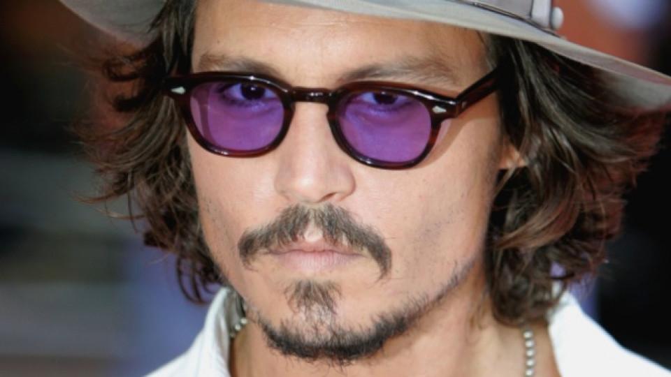 Джони Деп рядко се разделя със слънчевите си очила