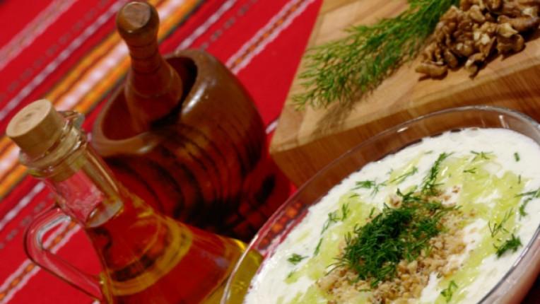 таратор лятна супа краставици сирене варени яйца копър зехтин изстудяване