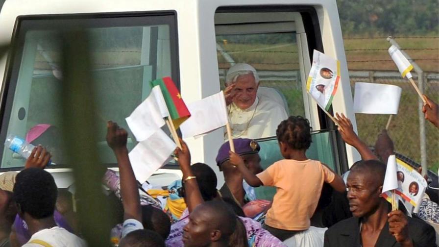 В Африка папа Бенедикт XVI се радва на топло посрещане