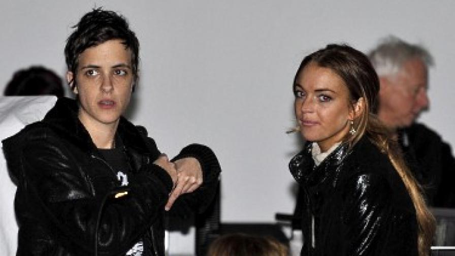 13 февруари: Линдзи Лоън (вдясно) и Саманта Ронсън на ревюто на Шарлът Ронсън в рамките на нюйоркската седмица на модата.