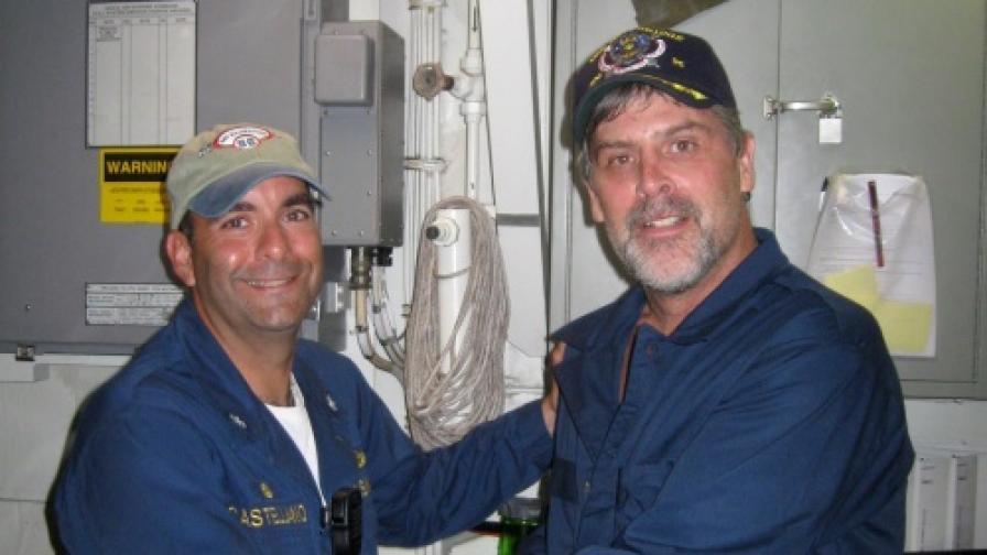 "Капитан Ричард Филипс (д) и Франк Кастелано - командир на крайцера ""Бейнбридж"""