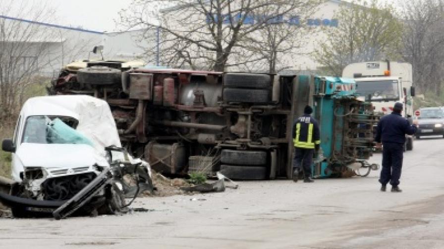 Човек загина при катастрофа със сметосъбиращ камион