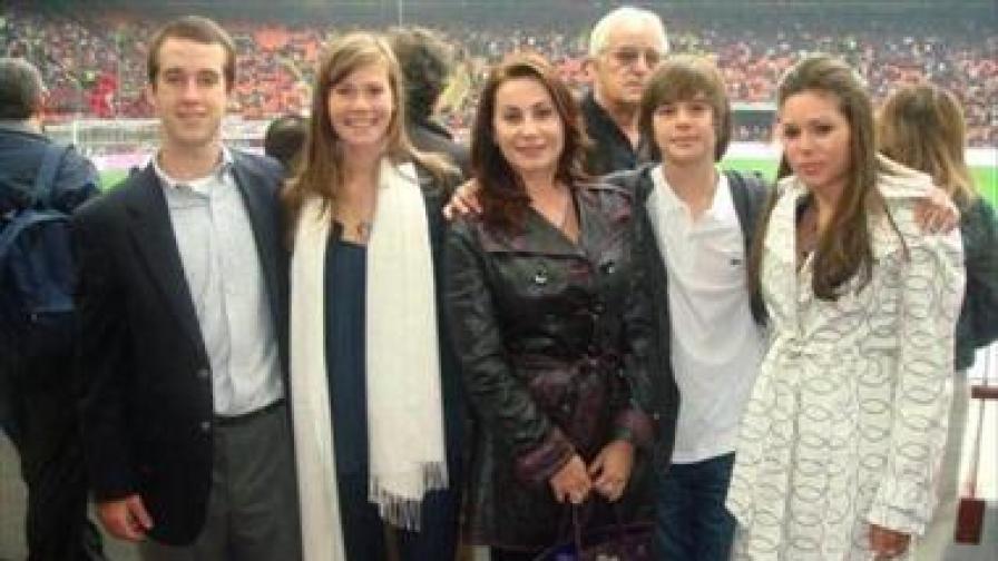 От дясно на ляво - най-голямата дъщеря на Илия Павлов - Венцислава, синът му Илия-Калоян, Дарина Павлова, по-малката дъщеря Паола и неин приятел от колежа - Райън
