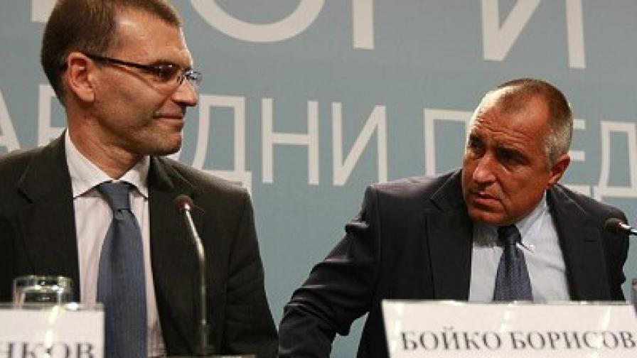 Човекът вдясно от Борисов