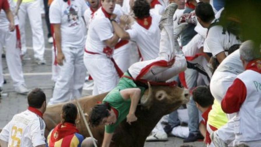 Убит и ранени от бикове в Памплона