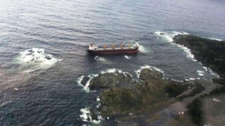 Заседналият край Норвегия контейнеровоз, чието гориво се излива в морето