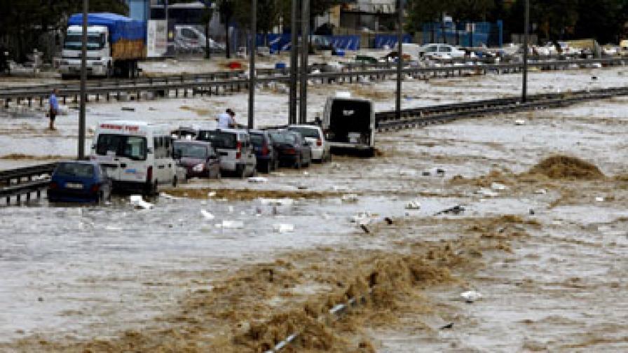 Проливните дъждове отнеха живота на десетки души и в съседна Турция преди дни