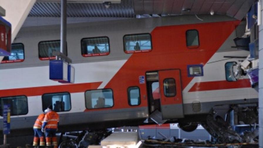 Финландия: Влак влезе в хотел на гарата