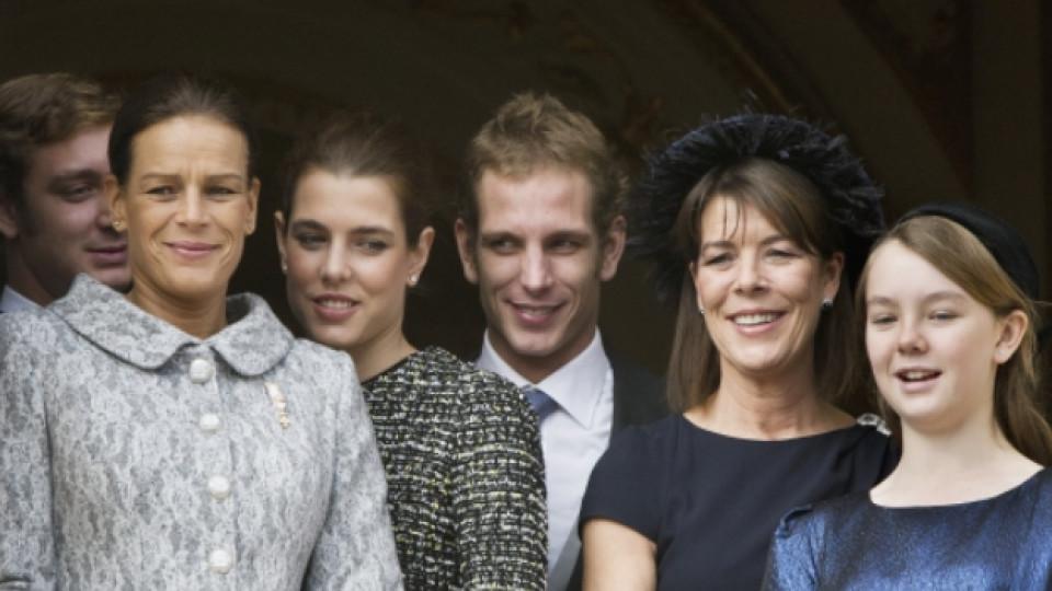 Принцеса Каролина (с шапката) заедно с четирите ѝ деца и нейната сестра принцеса Стефани (на преден план вляво)