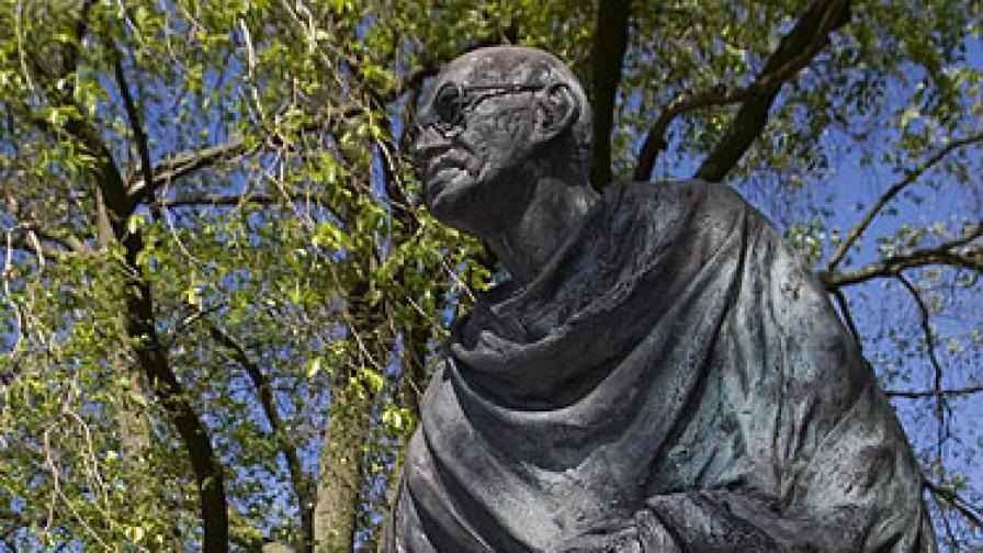Паметникът на Ганди в Хага